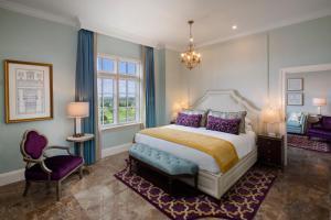 Cama ou camas em um quarto em Biltmore Hotel