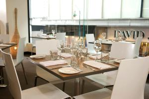 A restaurant or other place to eat at Mercure Welcome Melbourne