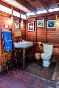 A bathroom at Castaway Resort Koh Lipe