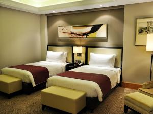 A bed or beds in a room at Wyndham Shanghai Bund East Hotel