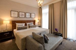 A bed or beds in a room at Steigenberger Parkhotel Düsseldorf