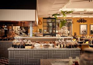 Een restaurant of ander eetgelegenheid bij Van der Valk Hotel Amsterdam - Amstel