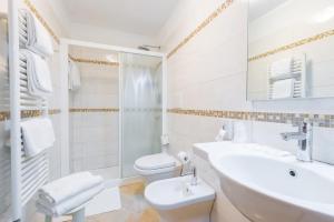 A bathroom at Hotel Mercurio