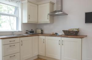 A kitchen or kitchenette at The Stables at Ballygraffan