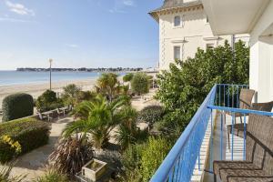 A balcony or terrace at Hôtel Vacances Bleues Villa Caroline