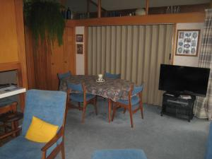 A television and/or entertainment centre at Hillpark Homestay