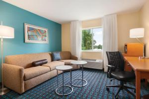 A seating area at Fairfield Inn & Suites Lansing West
