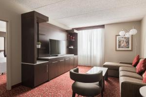 A seating area at Chicago Marriott Northwest