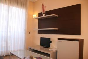 Una televisión o centro de entretenimiento en Suites Independencia - Abapart