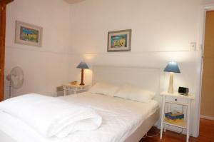 A bed or beds in a room at Dinghys Rest