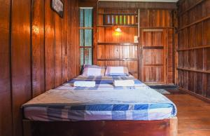 A bed or beds in a room at Bangbao Paradise Home stay