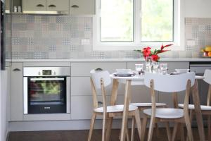 A kitchen or kitchenette at Island Cottages