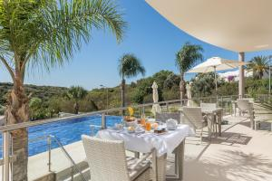 A restaurant or other place to eat at Caneiros Luxury House & Suites