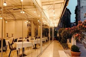 A restaurant or other place to eat at Art Hotel Tartini