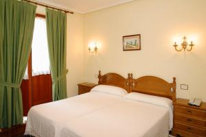 A bed or beds in a room at Hotel Restaurante El Manquin