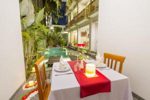 A restaurant or other place to eat at Umala at Bisma