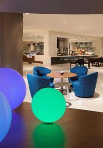 The lounge or bar area at Hyatt Regency Los Angeles International Airport
