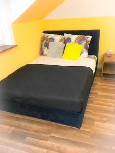 A bed or beds in a room at Sunny Apartment