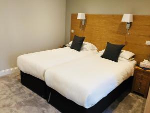A bed or beds in a room at Hotel Celebrity