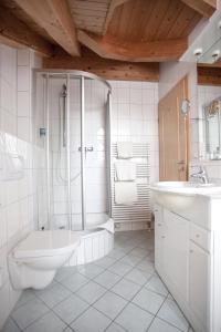 A bathroom at DEVA Hotel Beim Egger
