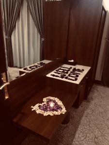 Cama ou camas em um quarto em Qasr Rayana Aparthotel