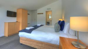 A bed or beds in a room at Snowgoose Apartments