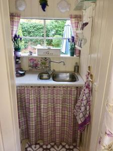 A kitchen or kitchenette at B&B Het Tuinhuisje
