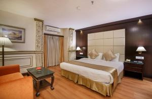 A bed or beds in a room at Hotel Shanker