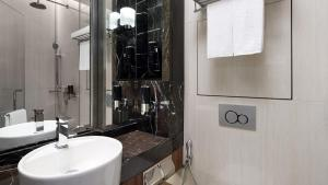 A bathroom at Holiday Inn Express Singapore Clarke Quay (SG Clean), an IHG Hotel