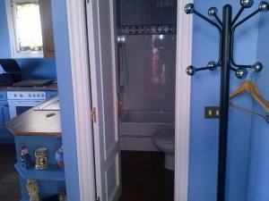 A bathroom at LASAILEKU