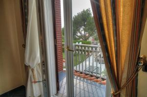 A balcony or terrace at Santa Maria Villa Sleeps 14 Pool Air Con WiFi