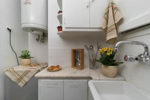 A kitchen or kitchenette at Cutie by Stylish Stays