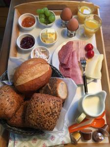 Breakfast options available to guests at Fabrikantenvilla