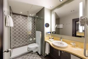 A bathroom at Mercure München City Center