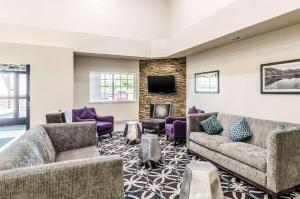 A seating area at Quality Inn & Suites Westminster – Broomfield