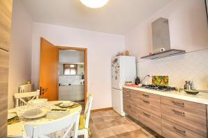 A kitchen or kitchenette at Salerno Apartment Sleeps 4