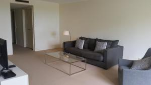 A seating area at Wyndel Apartments St Leonards - Shoremark