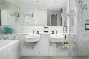 Ein Badezimmer in der Unterkunft Ovolo The Valley Brisbane