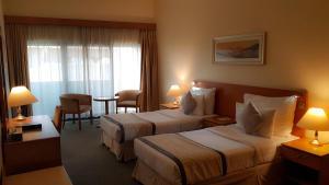 Een bed of bedden in een kamer bij Lavender Hotel Deira