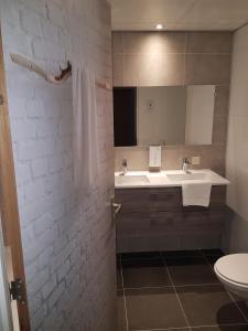 A bathroom at Tulip Inn Leiden Centre