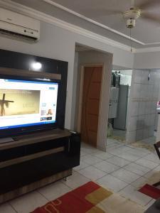 A television and/or entertainment center at Apartamento Mobiliado em Cuiabá