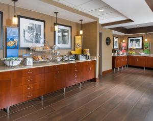 A restaurant or other place to eat at Hampton Inn Mansfield/Ontario