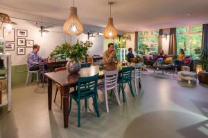 Een restaurant of ander eetgelegenheid bij Stayokay Hostel Arnhem