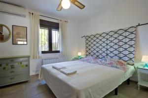 Cama o camas de una habitación en Denia Villa Sleeps 8 Pool Air Con WiFi