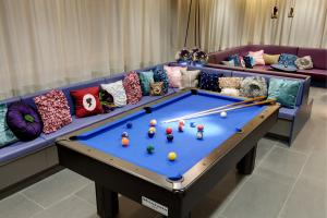 A pool table at MEININGER Hotel Wien Downtown Sissi