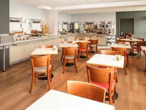 A restaurant or other place to eat at ibis Granville Port De Plaisance