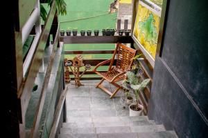 A balcony or terrace at Mahalo Hostel