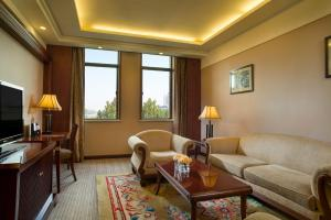 A seating area at Grand Mercure Xian On Renmin Square