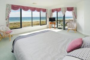 A bed or beds in a room at Bayside Beauty