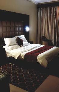 Cama ou camas em um quarto em Manazel Al Hamra Apartment 2